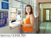Купить «Беременная женщина у окошка регистратуры в поликлинике», фото № 3918701, снято 11 июля 2012 г. (c) Яков Филимонов / Фотобанк Лори