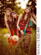 Три девушки хиппи на летнем поле. Стоковое фото, фотограф Boris Bushmin / Фотобанк Лори