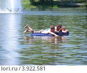 Купить «Люди плавают на надувном матрасе. Фабричный пруд, город Реутов, Московская область», эксклюзивное фото № 3922581, снято 8 июля 2012 г. (c) lana1501 / Фотобанк Лори