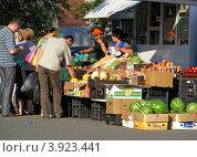 Купить «Уличная торговля овощами и фруктами. Миллионная улица, район Богородское, Москва», эксклюзивное фото № 3923441, снято 3 августа 2012 г. (c) lana1501 / Фотобанк Лори
