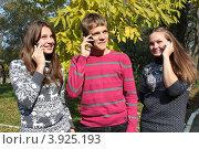 Купить «Подростки с телефонами», эксклюзивное фото № 3925193, снято 13 октября 2012 г. (c) Ольга Линевская / Фотобанк Лори