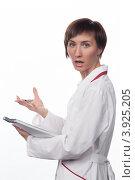 Купить «Молодая девушка в белом халате говорит», фото № 3925205, снято 5 февраля 2012 г. (c) Михаил Иванов / Фотобанк Лори