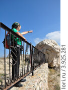 Купить «Турист в Генуэзской крепости Чембало. Балаклава, Крым, Украина.», фото № 3925281, снято 8 октября 2012 г. (c) Анна Мартынова / Фотобанк Лори