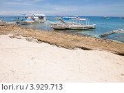 Купить «Филиппинский лодки (банки) пришвартованы у берега острова Апо», фото № 3929713, снято 2 мая 2012 г. (c) Сергей Дубров / Фотобанк Лори