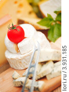 Сыр с белой плесенью и томат на деревянной доске. Стоковое фото, фотограф Иван Михайлов / Фотобанк Лори