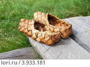 Купить «Лапти плетеные из коры березы», фото № 3933181, снято 22 апреля 2019 г. (c) FotograFF / Фотобанк Лори
