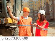 Купить «Рабочие обсуждают план работы», фото № 3933689, снято 13 августа 2012 г. (c) Яков Филимонов / Фотобанк Лори