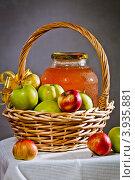 Купить «Банка холодного яблочного сока под крышкой в корзине с яблоками», фото № 3935881, снято 3 сентября 2012 г. (c) Ольга Денисова / Фотобанк Лори