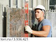 Купить «Строитель с уровнем возле мраморного фасада здания», фото № 3936421, снято 19 сентября 2012 г. (c) Дмитрий Калиновский / Фотобанк Лори