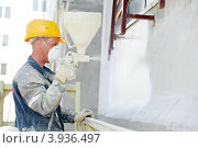 Купить «Строитель красит фасад», фото № 3936497, снято 28 апреля 2012 г. (c) Дмитрий Калиновский / Фотобанк Лори