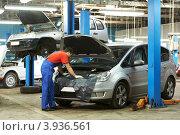 Купить «Автомеханик чинит машину в автоцентре», фото № 3936561, снято 30 сентября 2012 г. (c) Дмитрий Калиновский / Фотобанк Лори