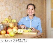 Купить «Женщина средних лет режет яблоки для яблочного джема на кухне», фото № 3942713, снято 26 сентября 2012 г. (c) Яков Филимонов / Фотобанк Лори