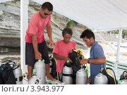 Купить «Работники дайвцентра на лодке собирают акваланги», фото № 3943977, снято 3 мая 2012 г. (c) Сергей Дубров / Фотобанк Лори