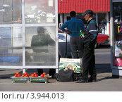 Купить «Уличная торговля помидорами на Уральской улице около метро Щелковская. Москва», эксклюзивное фото № 3944013, снято 4 июля 2012 г. (c) lana1501 / Фотобанк Лори