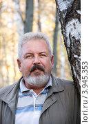 Купить «Портрет мужчины среднего возраста на фоне леса», фото № 3945353, снято 11 октября 2012 г. (c) Дудакова / Фотобанк Лори