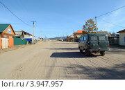 Купить «Центральная улица поселка Хужир на острове Ольхон», фото № 3947957, снято 6 октября 2012 г. (c) Юлия Батурина / Фотобанк Лори