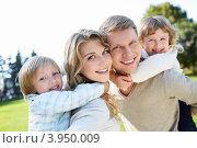 Купить «Счастливая молодая семья с двумя детьми», фото № 3950009, снято 12 сентября 2012 г. (c) Raev Denis / Фотобанк Лори