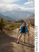 Купить «Девушка-туристка на горной дороге», фото № 3950177, снято 2 октября 2012 г. (c) Юлия Бабкина / Фотобанк Лори