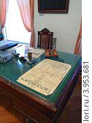 Купить «Рабочий стол с зеленым сукном в музее тверского быта», фото № 3953681, снято 11 сентября 2010 г. (c) Сергей Яковлев / Фотобанк Лори