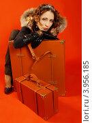 Девушка с чемоданами на красном фоне. Стоковое фото, фотограф Наталья Фролова / Фотобанк Лори
