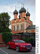 Автомобиль бентли на фоне храма (2012 год). Редакционное фото, фотограф Екатерина Романова / Фотобанк Лори
