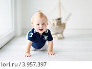 Маленький мальчик сидит на полу (2012 год). Редакционное фото, фотограф Екатерина Штерн / Фотобанк Лори