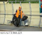 Купить «Дворник-гастарбайтер убирает мусор на станции Реутово, Московская область», эксклюзивное фото № 3960221, снято 1 июля 2012 г. (c) lana1501 / Фотобанк Лори