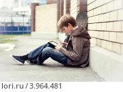 Школьник с планшетным компьютером на улице. Стоковое фото, фотограф Римма Зайцева / Фотобанк Лори