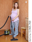 Купить «Молодая беременная женщина пылесосит дома», фото № 3965769, снято 13 сентября 2012 г. (c) Яков Филимонов / Фотобанк Лори