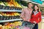 Счастливая молодая пара в отделе фруктов в супермаркете, фото № 3967769, снято 2 октября 2012 г. (c) Дмитрий Калиновский / Фотобанк Лори