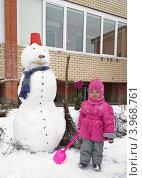 Купить «Девочка играет зимой во дворе дома со снеговиком», фото № 3968761, снято 12 декабря 2011 г. (c) Елена Вяселева / Фотобанк Лори