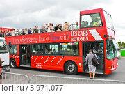 Купить «Экскурсионный автобус в Париже», фото № 3971077, снято 10 июля 2012 г. (c) Николай Кокарев / Фотобанк Лори