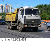 Грузовая машина МАЗ едет по Щелковскому шоссе. Москва (2012 год). Редакционное фото, фотограф lana1501 / Фотобанк Лори