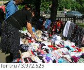 Купить «Торговля вещами на улице Измайловское шоссе, район Измайлово, Москва», эксклюзивное фото № 3972525, снято 28 июня 2012 г. (c) lana1501 / Фотобанк Лори