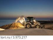 Купить «Трактор работает на морском пляже», эксклюзивное фото № 3973217, снято 18 сентября 2012 г. (c) Dmitry29 / Фотобанк Лори