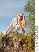 Девушка сидит на обрыве летом. Стоковое фото, фотограф Конушкина Екатерина / Фотобанк Лори