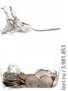 Деньги падающие в воду. Стоковое фото, фотограф Владимир Булгаков / Фотобанк Лори