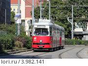 Городской трамвай на улицах Вены (2012 год). Редакционное фото, фотограф Александр Тарасенков / Фотобанк Лори