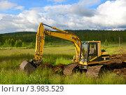 Экскаватор в поле строит дорогу. Стоковое фото, фотограф Валерия Попова / Фотобанк Лори