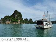 Белый корабль в тропической бухте (2012 год). Редакционное фото, фотограф Igor5 / Фотобанк Лори