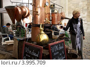 Купить «Париж, туристка в кафе на Монмартре», эксклюзивное фото № 3995709, снято 8 октября 2011 г. (c) Яна Королёва / Фотобанк Лори