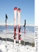 Горные лыжи и лыжные палки в снегу на фоне заснеженных гор. Стоковое фото, фотограф Александр Тесевич / Фотобанк Лори