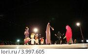 Купить «Танцы в ночной пустыне. Выступление кукол для туристов. Шарджа. ОАЭ.», эксклюзивный видеоролик № 3997605, снято 6 ноября 2012 г. (c) Юлия Машкова / Фотобанк Лори
