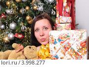 Девушка с подарками на Новый год и Рождество у елки. Стоковое фото, фотограф Вероника Горбова / Фотобанк Лори