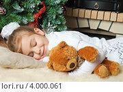Купить «Девочка с плюшевым мишкой спит около новогодней елки», фото № 4000061, снято 4 ноября 2012 г. (c) Оксана Гильман / Фотобанк Лори