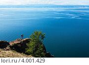 Купить «Байкал. Фотограф на отвесной скале мыса Хобой на острове Ольхон», фото № 4001429, снято 21 августа 2010 г. (c) Виктория Катьянова / Фотобанк Лори