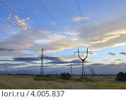 Пейзаж с опорами ЛЭП на фоне закатного неба. Стоковое фото, фотограф Владимир Бизюлев / Фотобанк Лори