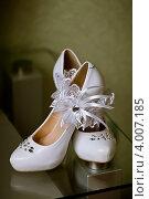 Купить «Пара туфель невесты и подвязка», фото № 4007185, снято 7 июля 2012 г. (c) Ольга Денисова / Фотобанк Лори