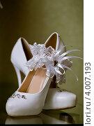 Купить «Туфли невесты и подвязка», фото № 4007193, снято 7 июля 2012 г. (c) Ольга Денисова / Фотобанк Лори