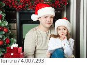Купить «Папа с дочкой в новогодних колпаках пишут письмо Деду морозу», фото № 4007293, снято 4 ноября 2012 г. (c) Оксана Гильман / Фотобанк Лори
